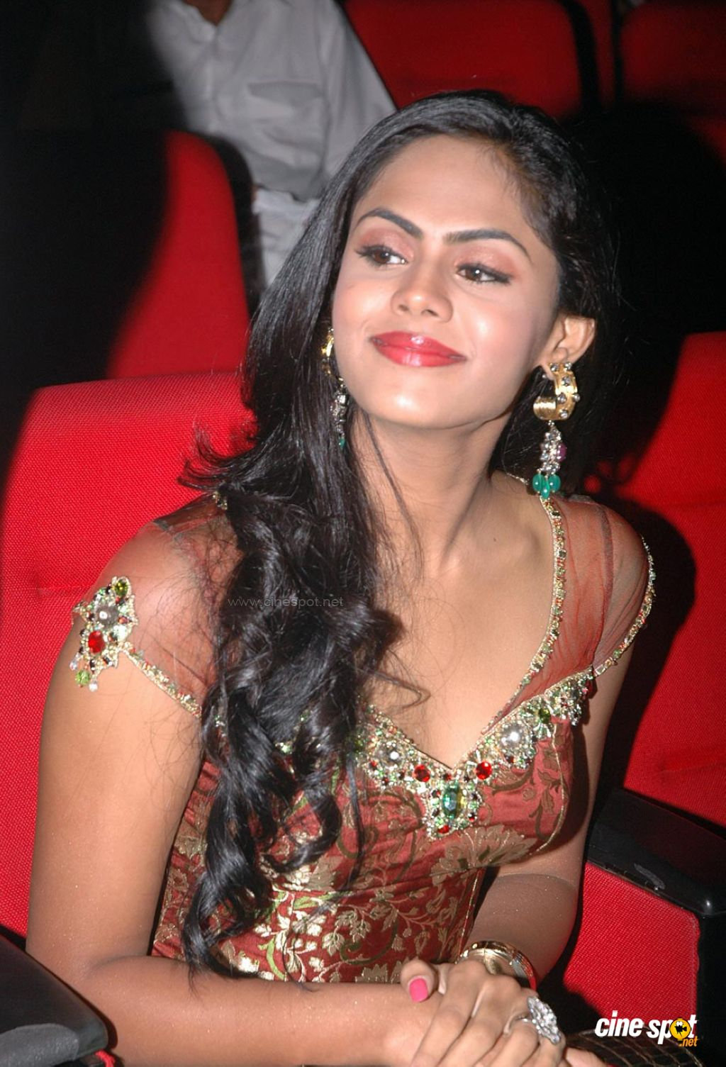 TELUGU HOT AUNTIES NAVEL SHOW: karthika