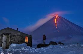 Η λάβα τη νύχτα στα ηφαιστειακά βουνά της Άπω Ανατολής (βίντεο κ εντυπωσιακές εικόνες)