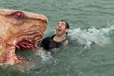 foto ikan hiu makan manusia