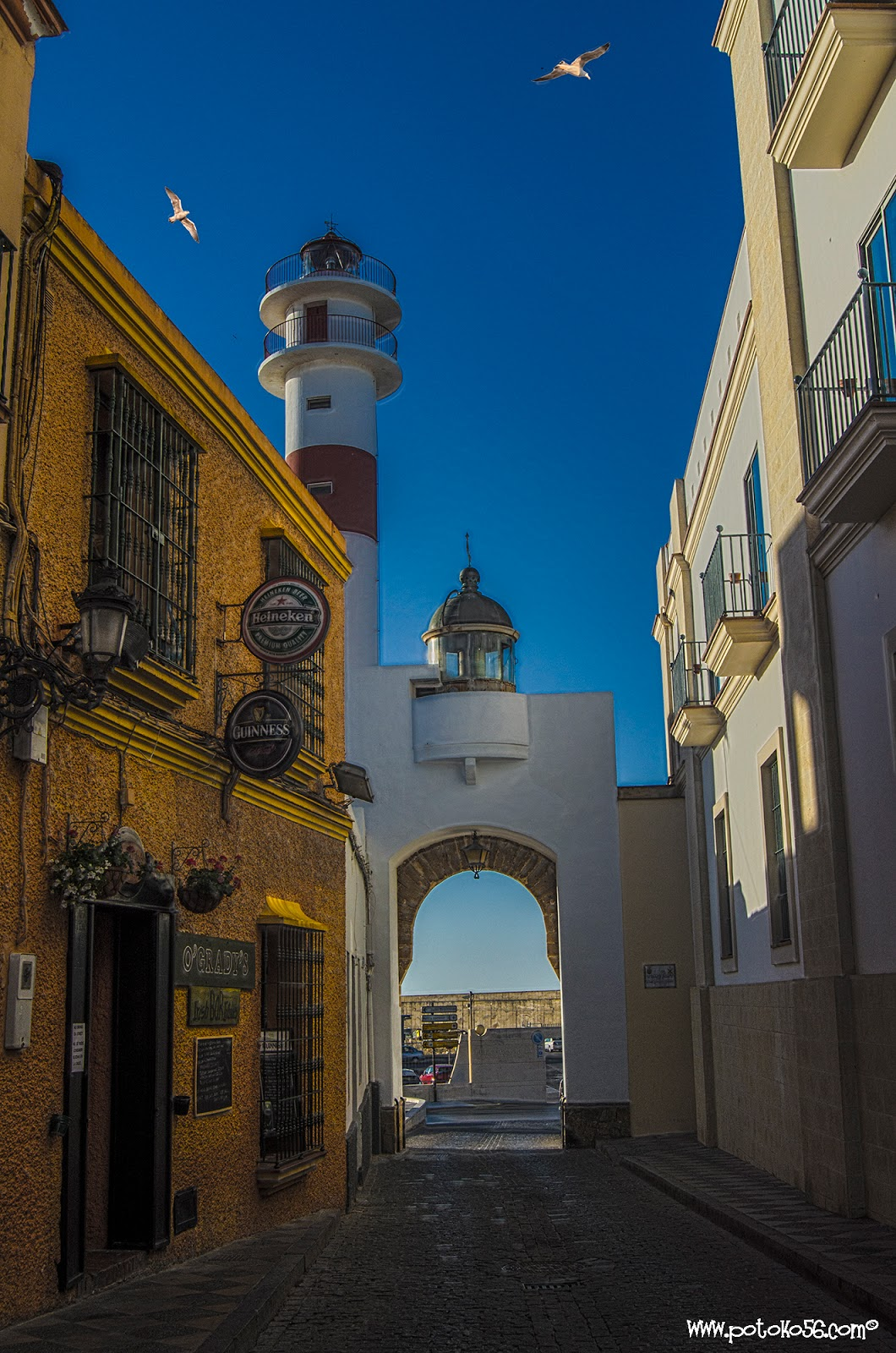 Calle Gravina en Rota entrada al Muelle Deportivo Pesquero