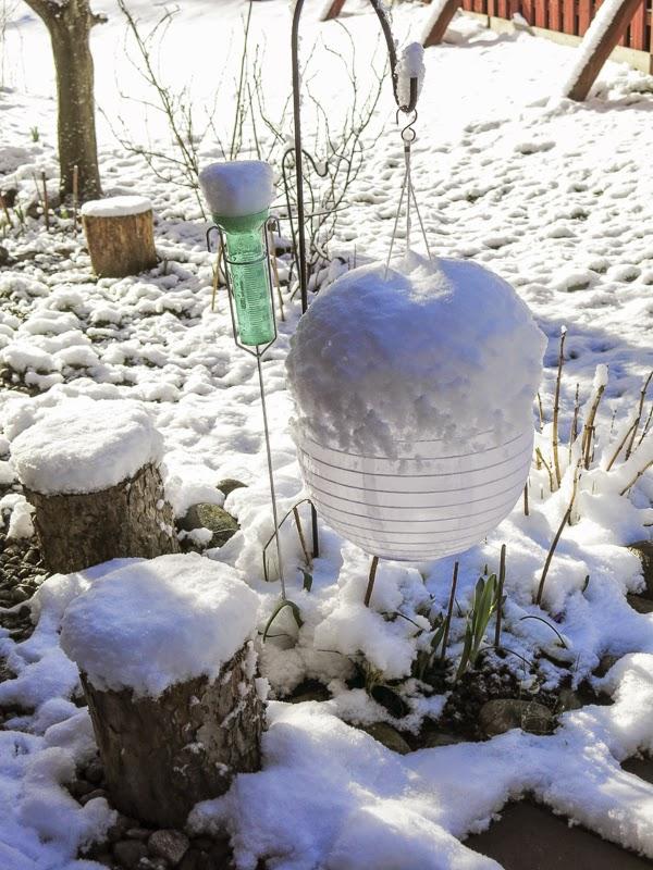 snö, solcellslampa, regnmätare