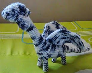 http://translate.google.es/translate?hl=es&sl=en&tl=es&u=http%3A%2F%2Fneocurios.blogspot.com.es%2F2012%2F01%2Ffools-dragon-free-knitting-pattern.html
