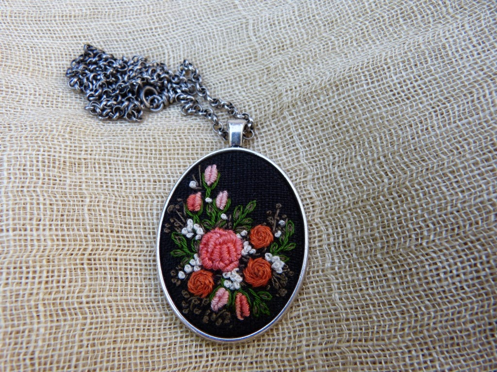 haft rococo, embroidered pendant, haftowane róże, haftowany naszyjnik, naszyjnik z haftem, embroidered jewerly, naszyjnik vintage, medalion z haftem, handmade jewerly, embroidered necklace, vintage jewerly, biżuteria retro,