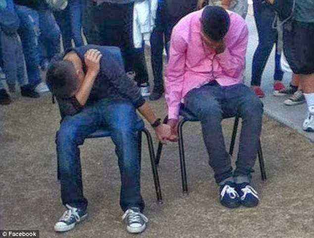 طالبان أُجبرا على الجلوس في الكراسي و شبك اليدين مع بعضها البعض و السبب