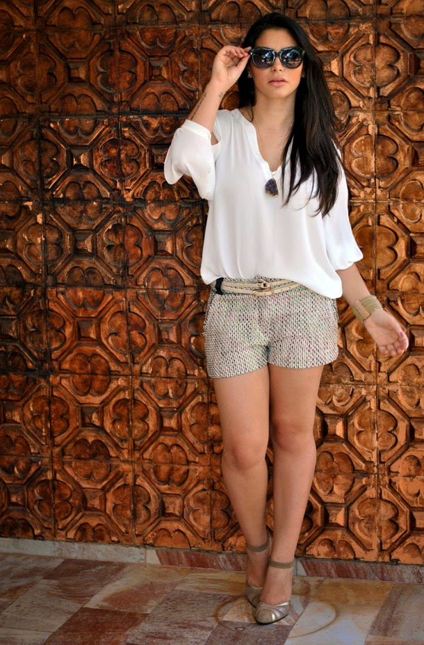 look leve para a primavera: shorts alfaiataria de tweed e camisa de seda branca - Bárbara Urias