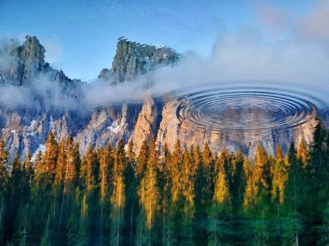 Сказочное озеро Карецца находится недалеко от итальянского города Больцано, в области Южный Тироль. Эти воды хранят в себе много легенд и мифов. Я бросил камешек, чтобы добавить немного загадки. © Антонио Кименти