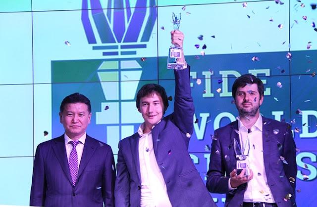 Karjakin junto a Svidler y Iliumzhínov levantando el trofeo de campeón. Foto Web Oficial.