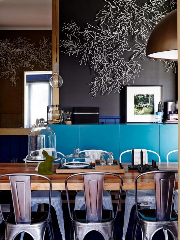 casa decorada en un azul muy oscuro