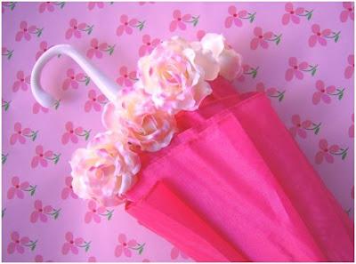 convierte un paraguas en un jarron con flores