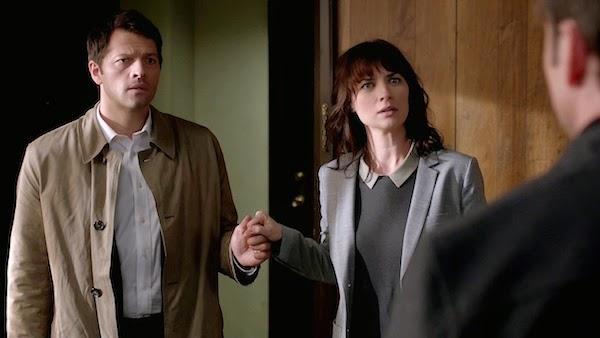 Supernatural S10E07. Castiel y Hannah cogidos de la mano.