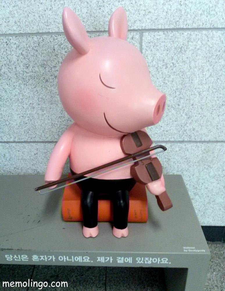 Cerdito violinista con un mensaje de ánimo en coreano