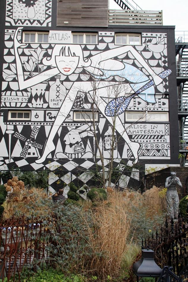 Garten des Hotels Andaz Hyatt Amsterdam mit Blick auf das Nachbarhaus