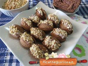 http://www.ricettegustose.it/Biscotti_piccola_pasticceria_1_html/Pesche_dolce_caffe_e_nocciola.html