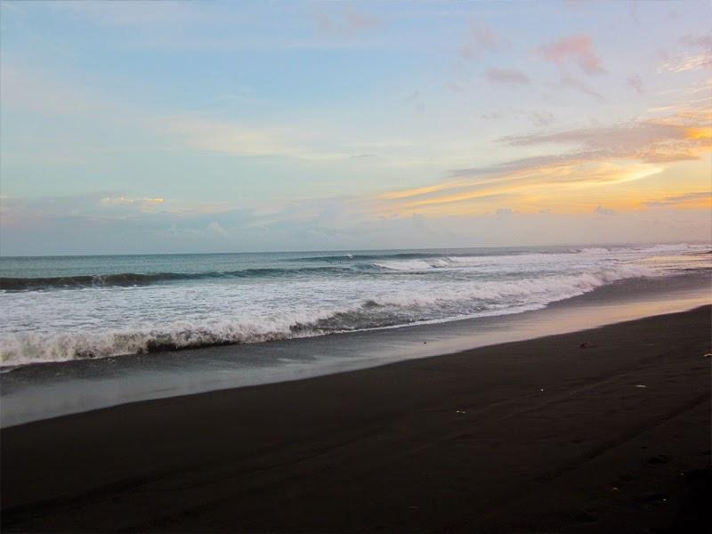 Tempat Wisata Pantai Keramas Gianyar