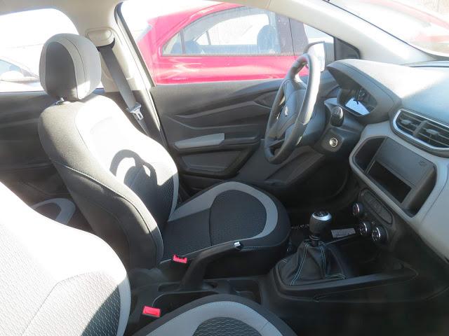 Chevrolet Onix 1.0 LS - espaço interno dianteiro