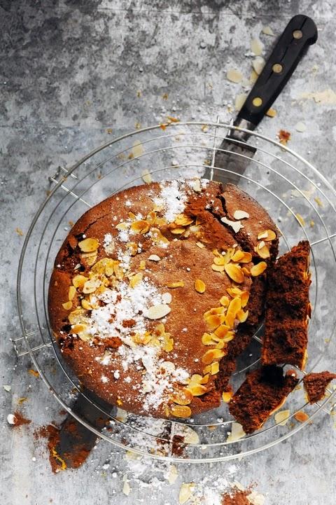 Et mourir de plaisir de Trish Deseine promesse tenue ! Gâteau fondant très chocolat huile d'olive amandes et quelques petites choses… au menu !