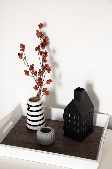 gestreifte Vase von Housedoctor, Kerze von Depot.