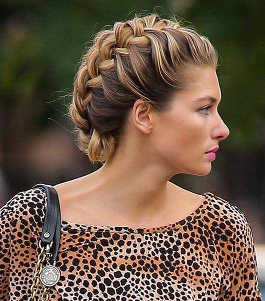 Estilo de cabelo com corte moderno preso, atriz loira