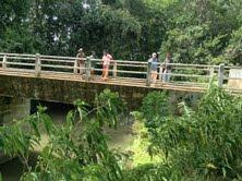 In januari 2005 is er een brug aangelegd. Een brug over de rivier die de ene helft van de Thalikemayaya dorpsgemeenschap scheidt van de andere helft, die aan de overkant woont.