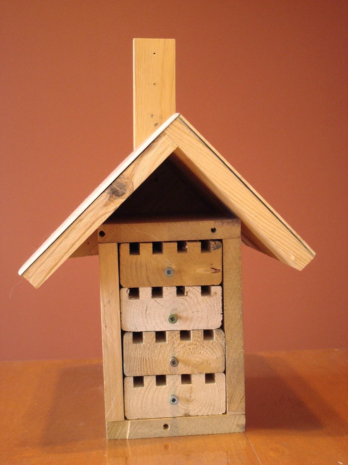 les aiguilles au jardin la maison des abeilles ma onnes. Black Bedroom Furniture Sets. Home Design Ideas
