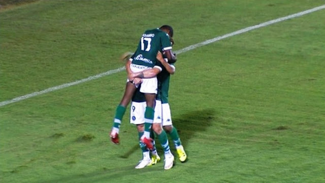 Carlos é abraçado pelos companheiros ao marcar o gol da vitória do Goiás no Serra (Foto: Reprodução/Premiere)
