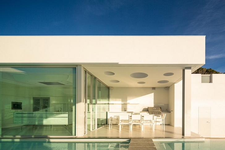 Covered terrace in Modern Villa Escarpa by Mario Martins