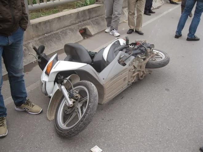 Bị tử nạn vì vừa điều khiển xe gắn máy vừa nghe điện thoại
