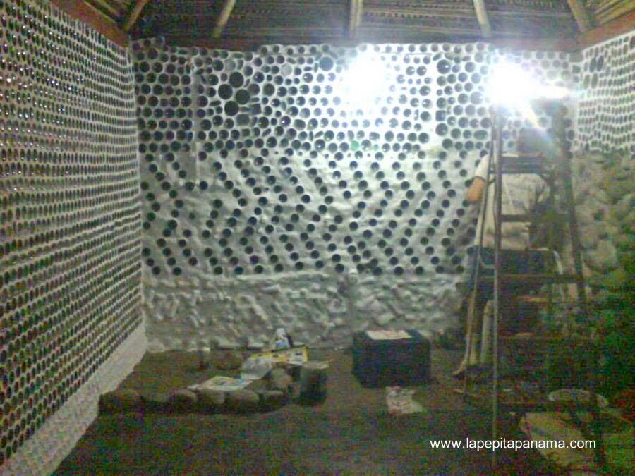 Tarea de la construcción de la cabaña ecológica de botellas recicladas