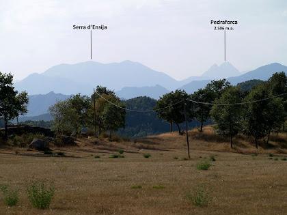 Mirant cap al nord-oest sobresurt el Pedraforca i les Serres d'Encija i Rasos de Peguera