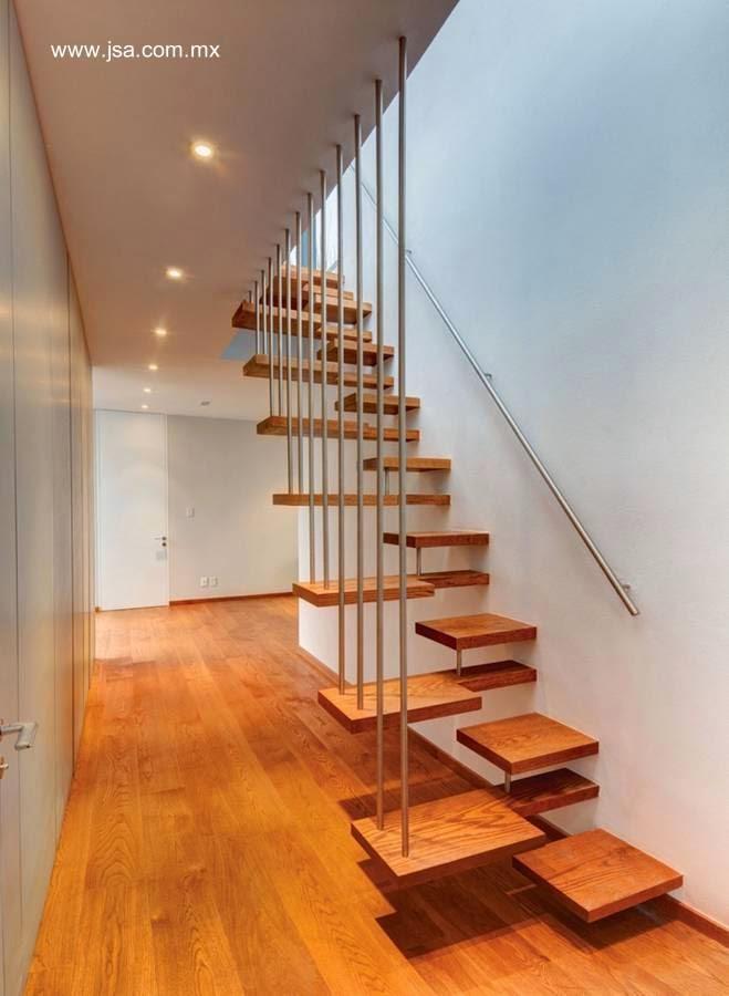 escalera interior con escalones alternados de madera