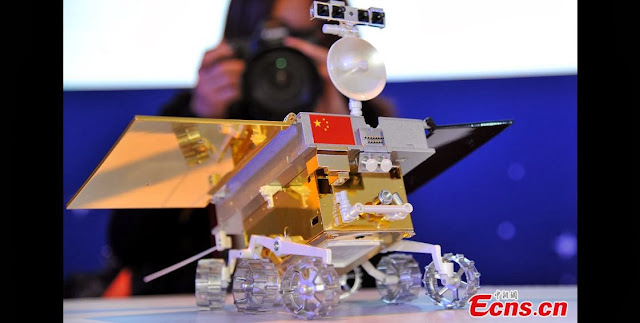 A visitor takes photos of a 1: 8 scale model of Chang'e 3 moon rover on September 25, 2013. A public naming campaign was launched for the moon rover on the same day in Beijing which will be lunched by the year end. [Photo: China News Service/ Sun Zifa]