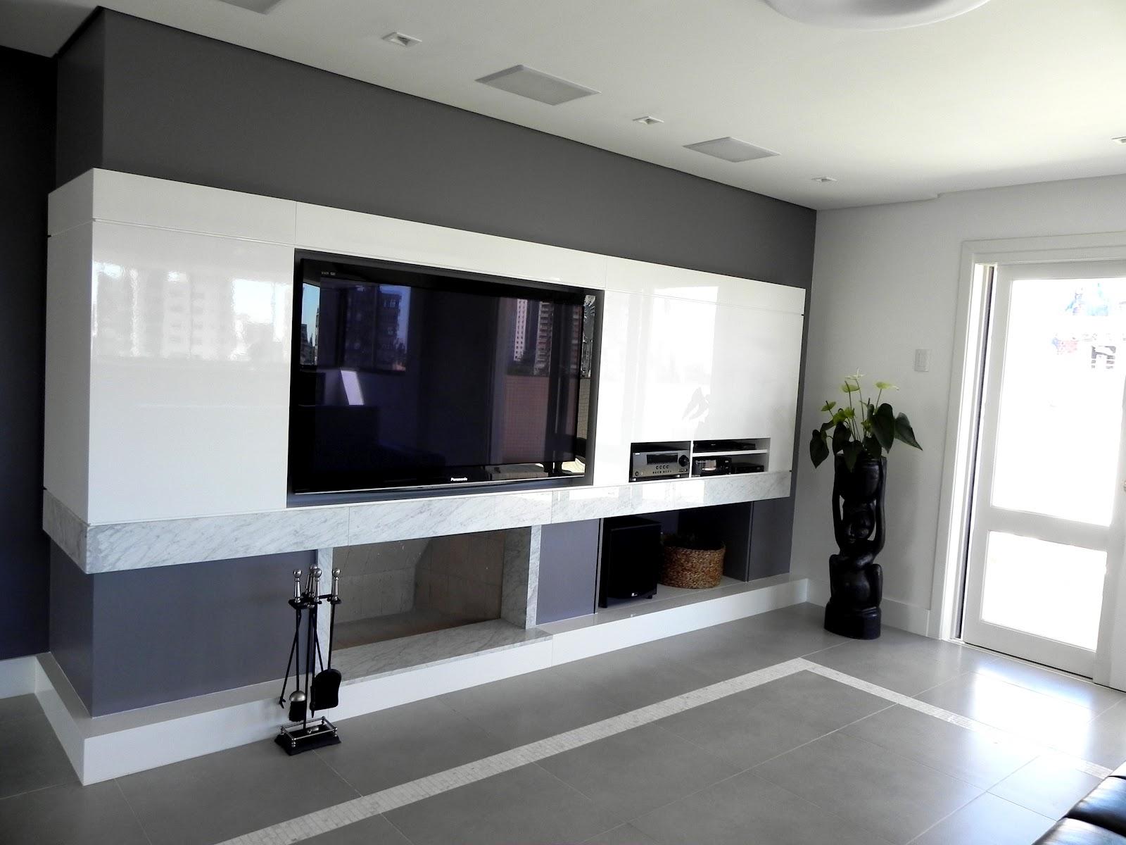 Lareira recebeu painel em laca e mármore para acomodar TV e aparelhos #526579 1600x1200
