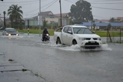 tips memandu ketika hujan
