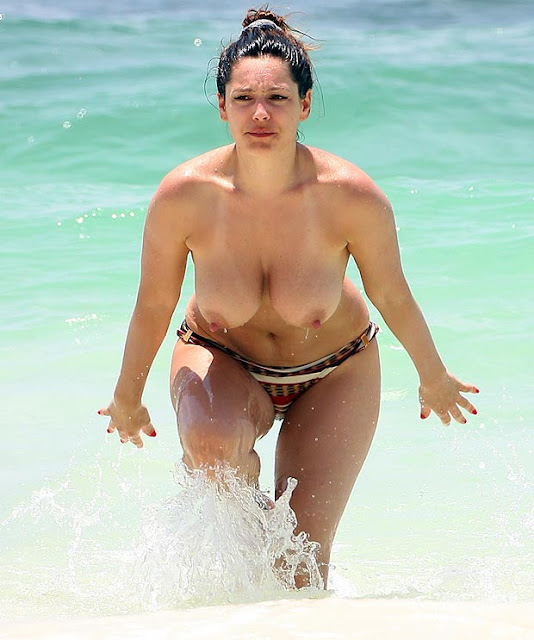 Topless de Kelly Brook numa praia do Mexico