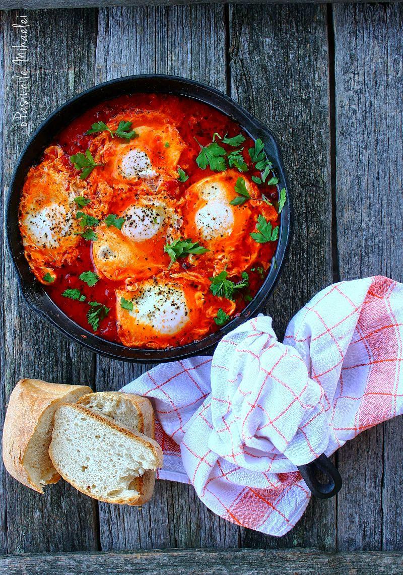 Shakshuka sau minunea orientala cu oua posate in sos de rosii
