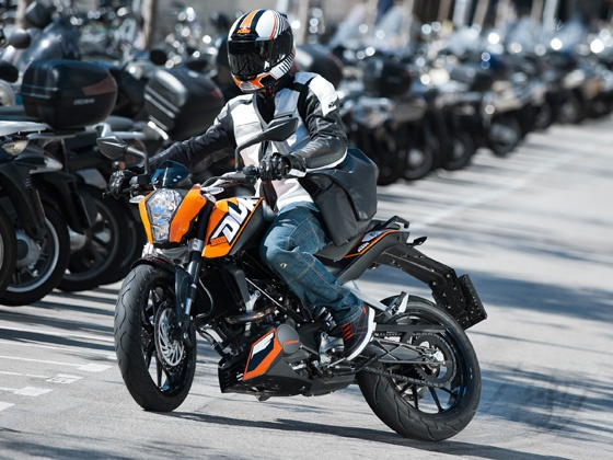 ktm 200 duke a new stunt era indiastunt. Black Bedroom Furniture Sets. Home Design Ideas