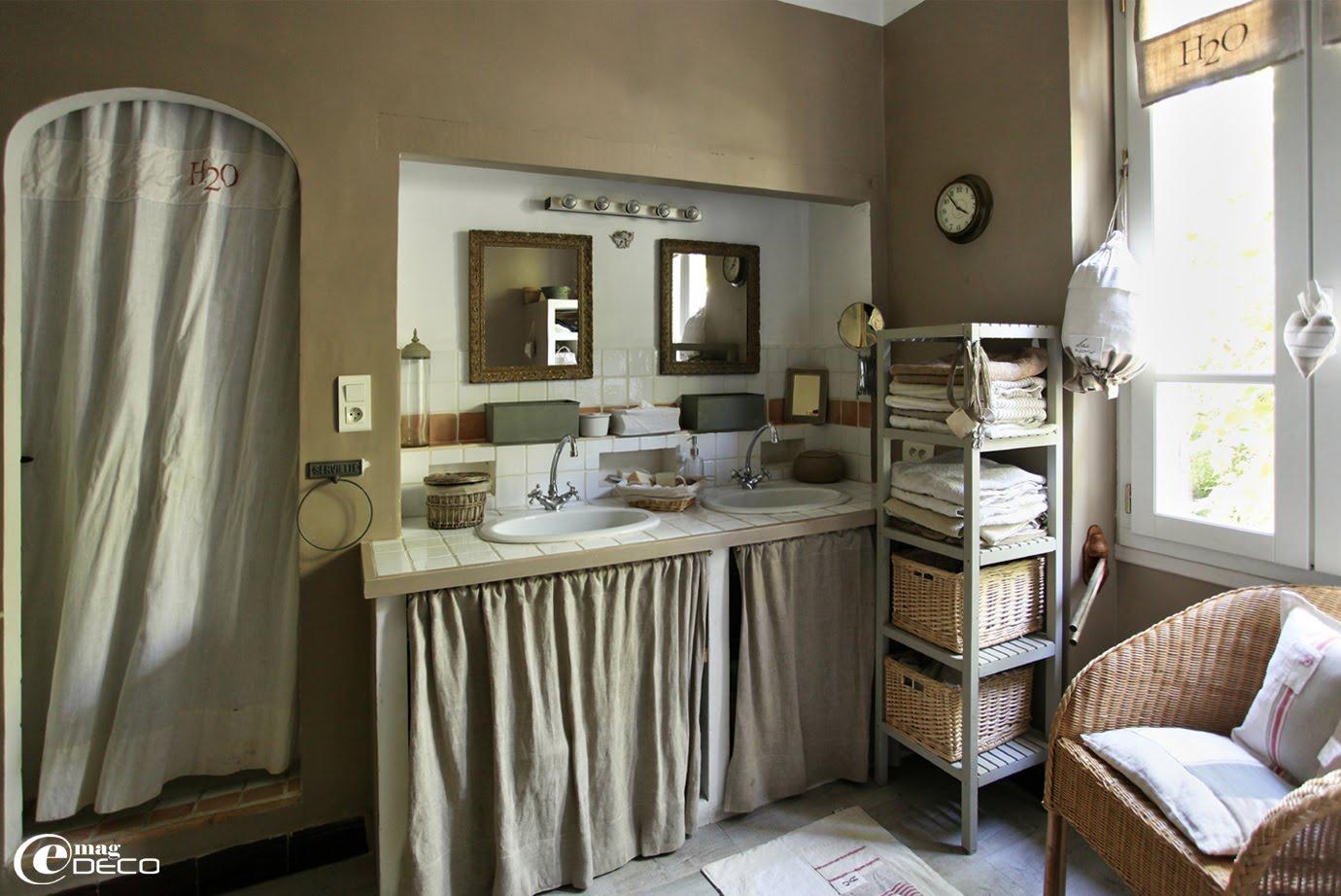 Fenetre salle de bain rideau for Rideau fenetre salle de bain
