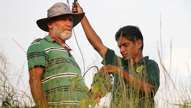Marjo Hoedemaker assisteert dierenarts Vijitha Parera in Sri Lanka