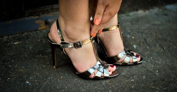 Sandália alta metálica chumbo Schutz