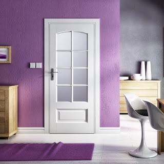 Drzwi białe na tle fioletu