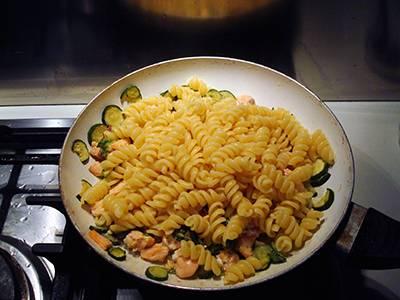 Procedimento Pasta con salmone e zucchine - Passaggio 6