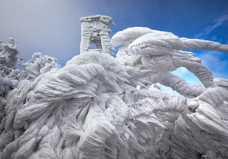 Espectaculares formaciones de hielo encima de una montaña azotada por el viento en Eslovenia