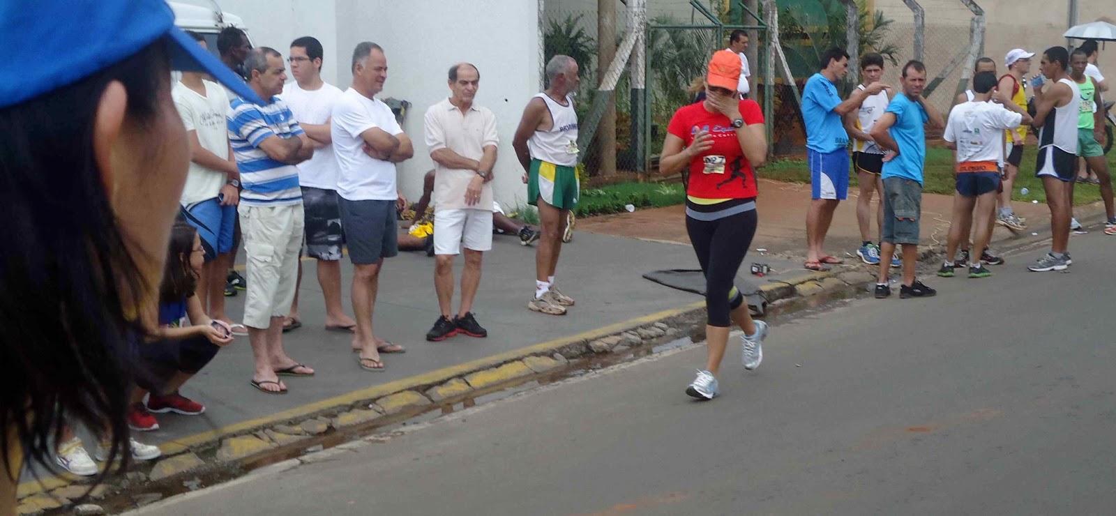 Foto 183 da 1ª Corrida Av. dos Coqueiros em Barretos-SP 14/04/2013 – Atletas cruzando a linha de chegada