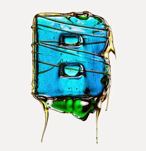イタリア人アーティストが色鮮やかなキャンディで作られたポロックのようなシズル感たっぷりのタイポフェイス。