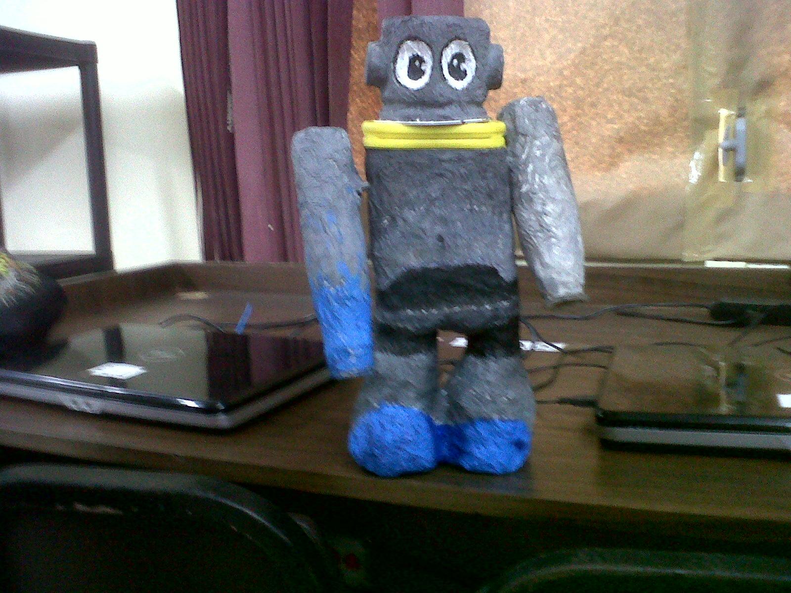 robot se llama botellin así lo decidimos yo y mi amigo y el material
