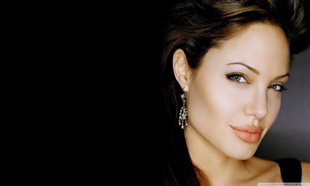 """<img src=""""http://2.bp.blogspot.com/-OcYWwVJ_aYA/UgVHQQRZARI/AAAAAAAADRU/zC5ebtWngf8/s1600/angelina_jolie_21-wallpaper-1280x768.jpg"""" alt=""""Angelina Julie wallpaper"""" />"""