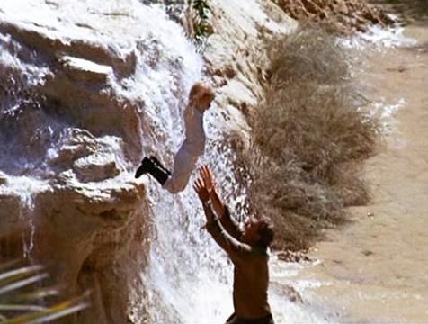 El piloto (Richard Kiley) y el Principito (Steven Warner) divirtiéndose en la película de Stanley Donen (1974) - Cine de Escritor