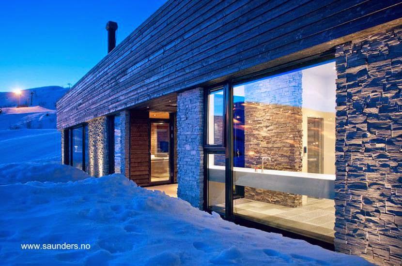 Perspectiva de un lado de la moderna cabaña noruega