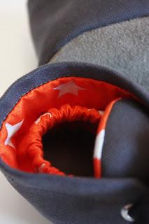 Aan de binnenzijde zit elastiek, zodat het schoentje goed om het babyvoetje blijft zitten