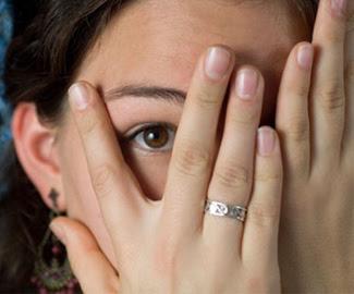medo, vergonha, rosto escondido pelas mãos